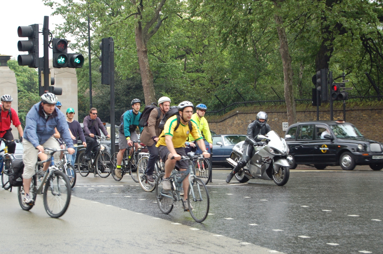 cyclists_at_hyde_park_corner_roundabout_in_london